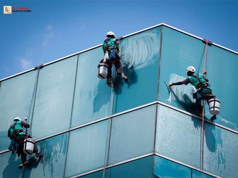 Lavagem de fachada de prédio